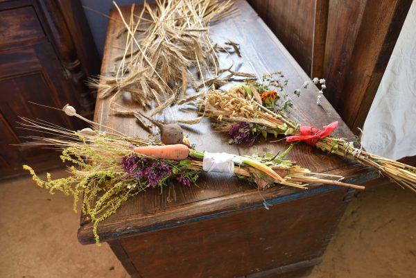 bukiety z suszonych ziół, zbóż i warzyw
