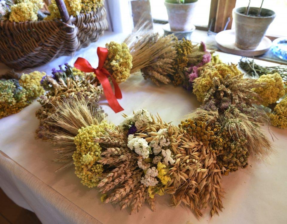wieniec dożynkowy ze zbóż, ziół i kwiatów