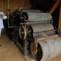 Mężczyzna w stroju lnianym, czesze wełnę na maszynie - skansen w Sierpcu