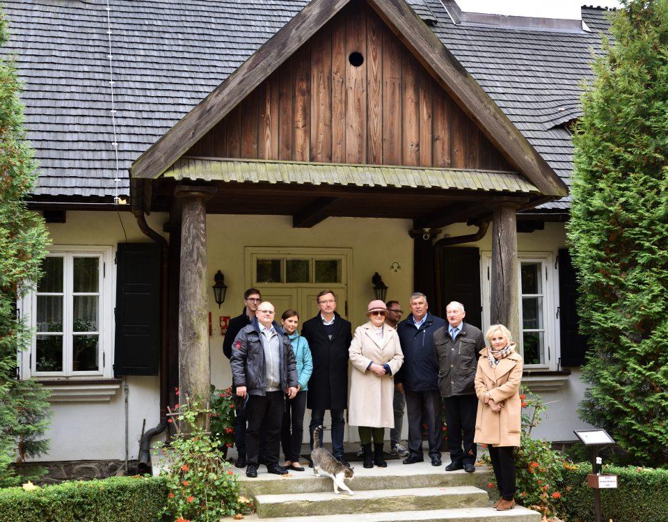 Przed dworkiem w skansenie w Sierpcu, jesień, zdjęcie grupowe, Jadwiga Zakrzewska, przewodnicząca Komisji Kultury z dyrekcją skansenu w Sierpcu i członkami oraz członkiniami Komisji.